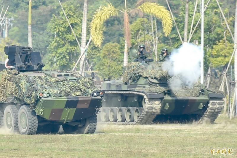 美國軍事記者大衛.艾克斯撰文指出,中國侵犯台灣有許多路徑,但時間優勢都不站在中國那邊,如果穩穩守住澎湖,那長時間內就可能終結中共的武統意圖。圖為陸軍第八軍團裝甲564旅,反機降作戰演練。(資料照)