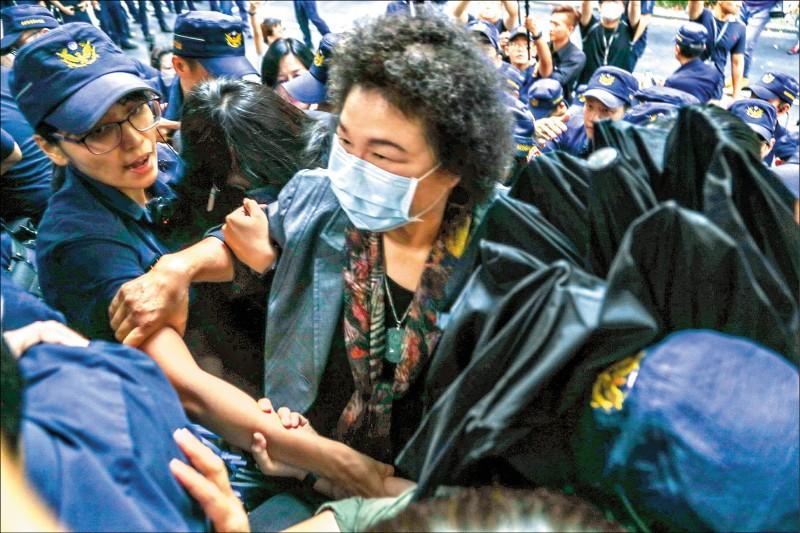 國民黨立院黨團昨強力杯葛監察院人事同意權案,在藍綠立委混戰中,陳菊突圍進入議場。(中央社)