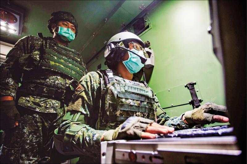 漢光卅六號演習,五八砲指部防空營執行戰術演練,官兵於雷達車上搜索目標。(圖:取自陸軍臉書)