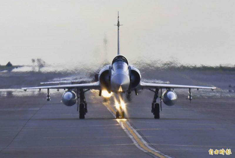 幻象2000機群編隊滑行,準備升空迎敵。(記者游太郎攝)