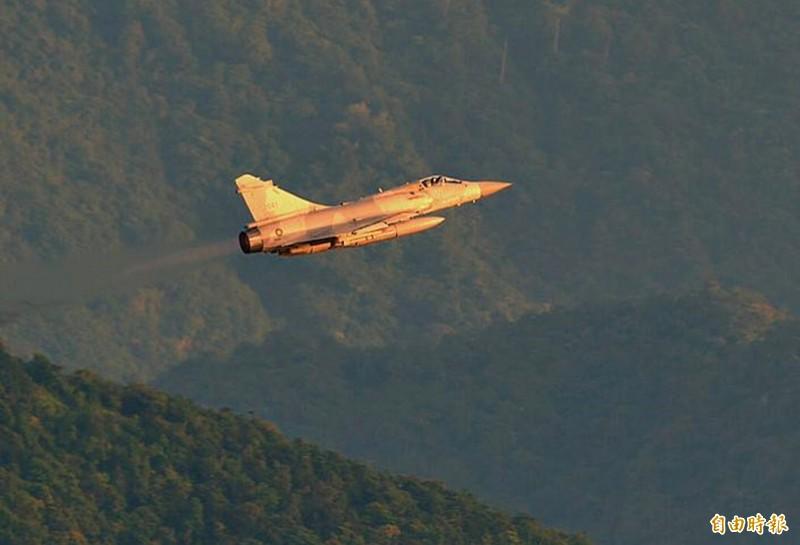 幻象2000戰機迎著金黃色陽光起飛,相當醒目、耀眼。(記者游太郎攝)
