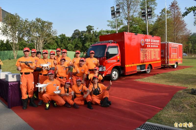 國際獅子會300G2區總監交接,桃園市迅雷救援協會喜收救援設備。(記者李容萍攝)