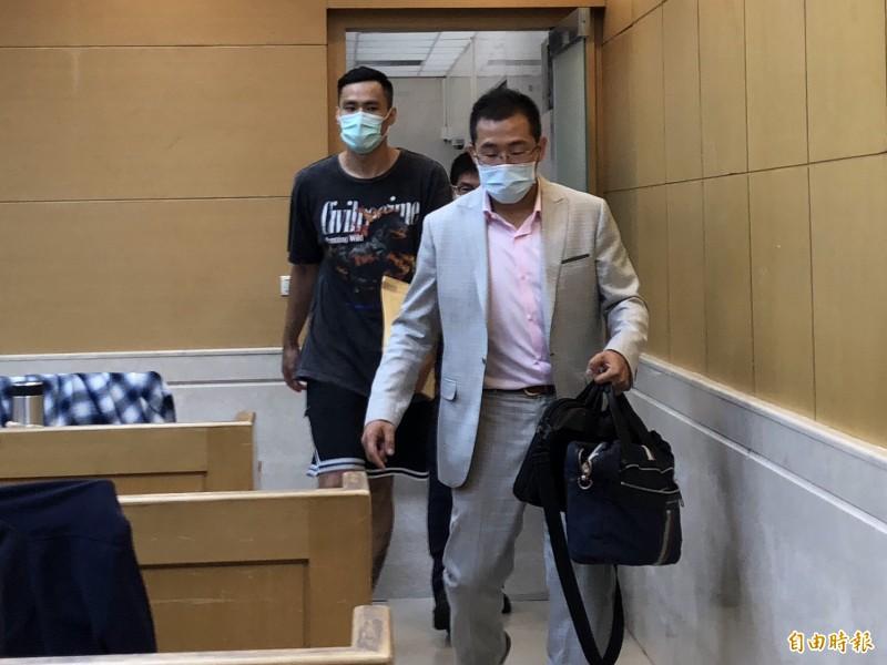 張宗憲(左)今早11點多訊後,被諭令限制住居後請回。(記者錢利忠攝)