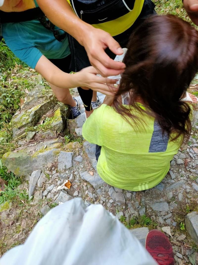 直徑約50公分的巨石,將木棧道砸破大洞,正在一旁的黃姓女子及時躲過,幸運僅受輕傷。(記者張議晨翻攝)