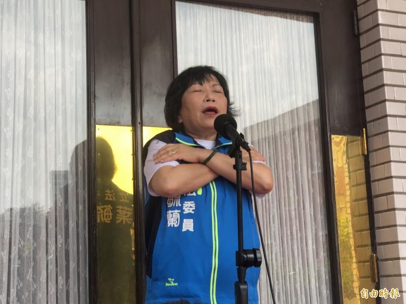 葉毓蘭說,為了避免自己被碰撞,一直用雙手護胸。(記者陳昀攝)