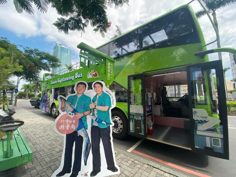 全糖市長與阿中部長的等比例人形立牌,在全市11個景點領路,邀民眾跟著阿中部長遊台南。(台南市觀旅局提供)