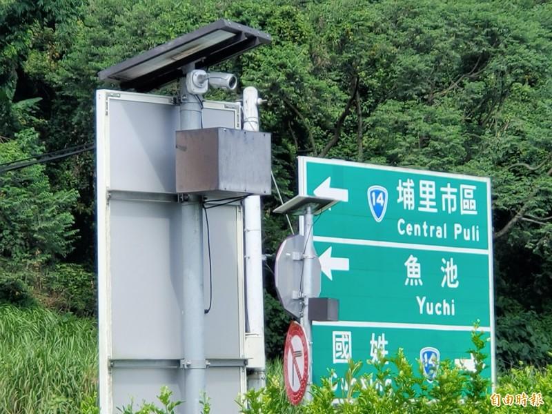 南投縣埔里鎮國道6號愛蘭交流道匝道口最近設置2組監視器,鎖定雙向車流,專抓亂丟垃圾的人。(記者佟振國攝)