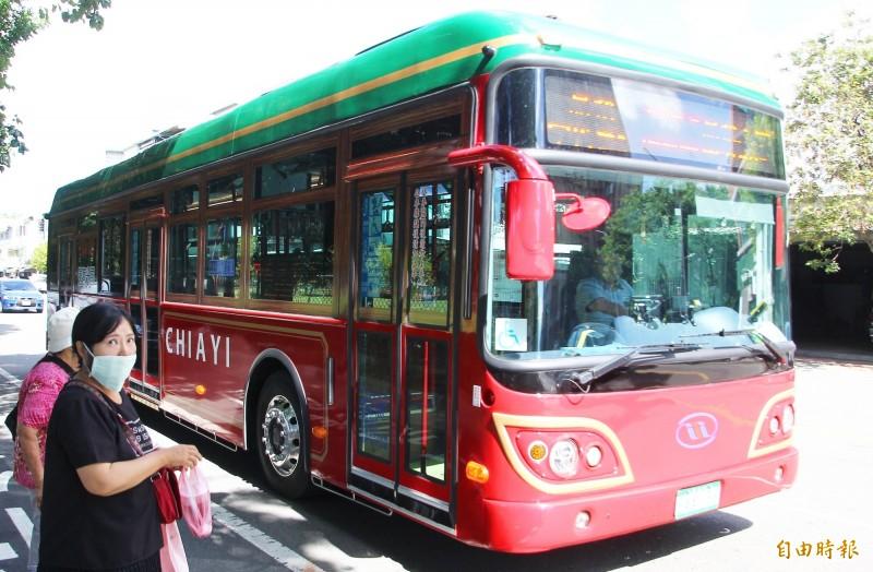 嘉義市「中山幹線」的電動公車採英倫復古風,上路後搭乘人次翻倍。(記者林宜樟攝)