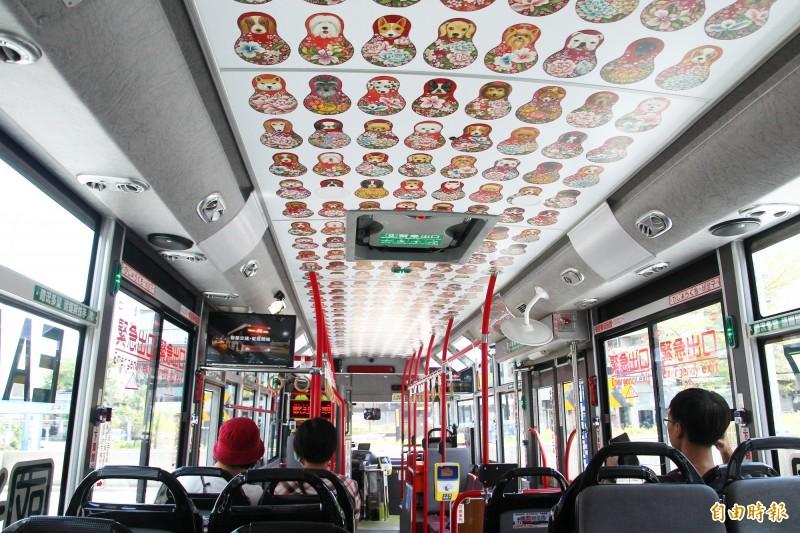 嘉義市「中山幹線」的電動公車內裝有可愛的圖案,上路後搭乘人次翻倍。(記者林宜樟攝)