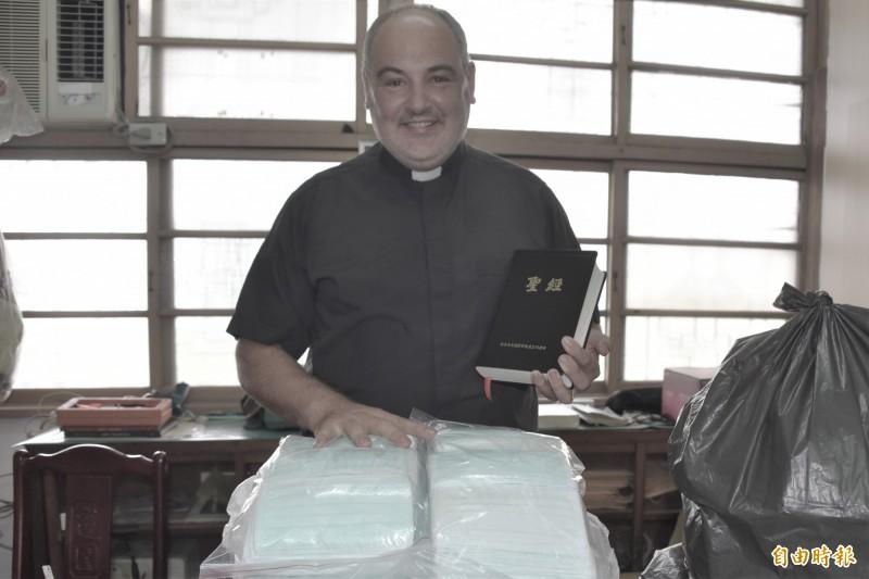 台灣人及政府愛心捐贈的口罩,已經分批空運送到義大利西西里島,歐大福神父謝謝台灣政府、人民的愛。(記者葉永騫攝)