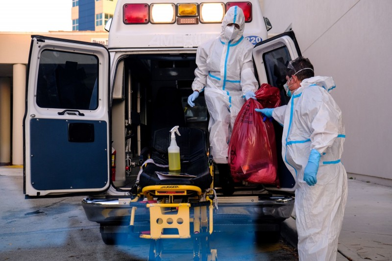 美國佛州武漢肺炎病患自6月14日起,增加了226%,有54間醫院加護病房已經滿載。圖為醫療人員在佛州西紀念醫院的救護車上,清潔醫療用品。(路透)