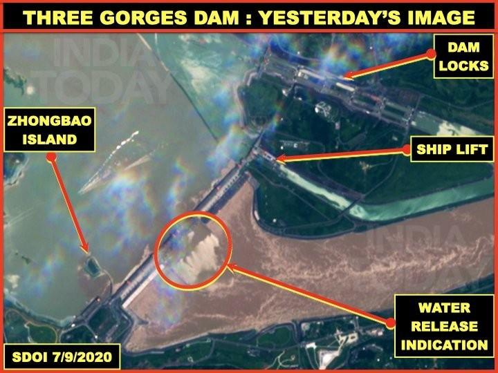 印度退休空軍上校釋出7月9日衛星照片,顯示中國三峽大壩正全力洩洪。(圖取自Vinayak Bhat Twitter)
