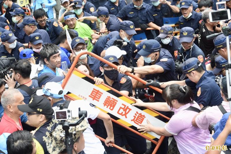 國民黨動員支持者昨在立法院外抗議監委提名人選,要求「拒絕酬庸,退回提名」。與警方爆推擠衝突。(資料照)