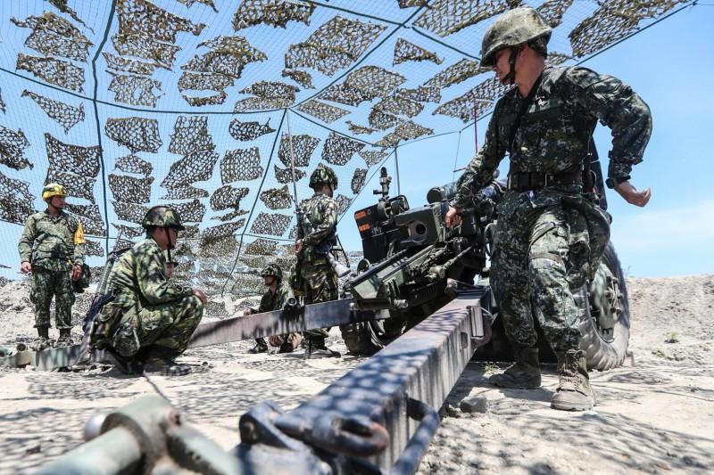 蔡英文表示,今年的漢光演習中,國軍在台中甲南海灘動員後備兵力,和現役官兵一起參與「105榴彈砲射擊任務」。(擷取自蔡英文臉書)
