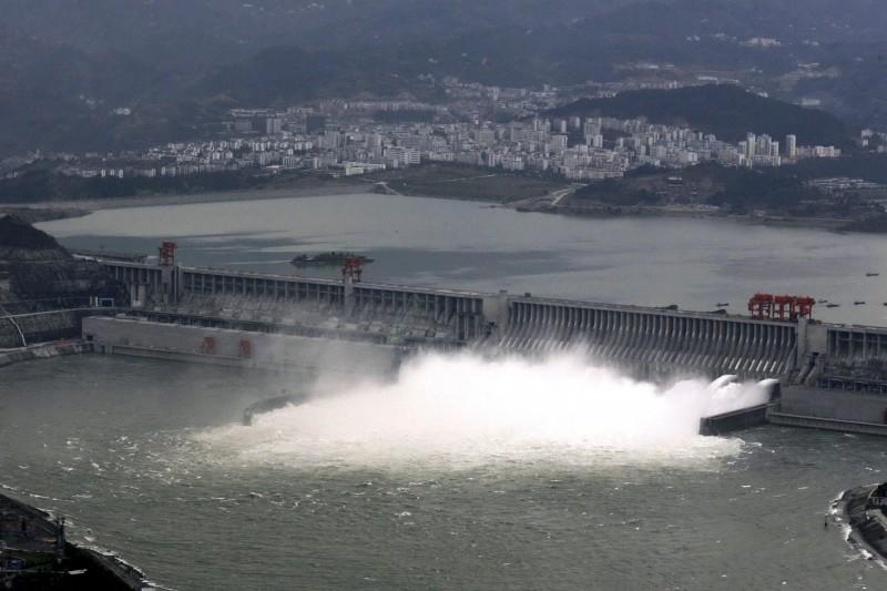 下游慘了!衛星照曝三峽大壩大開閘門「超級洩洪」