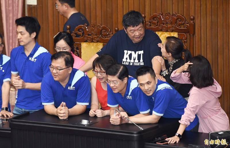 立法院昨發生藍綠立委肢體衝突,范雲指控陳雪生「用肚子頂她背後至少3次」。(資料照)