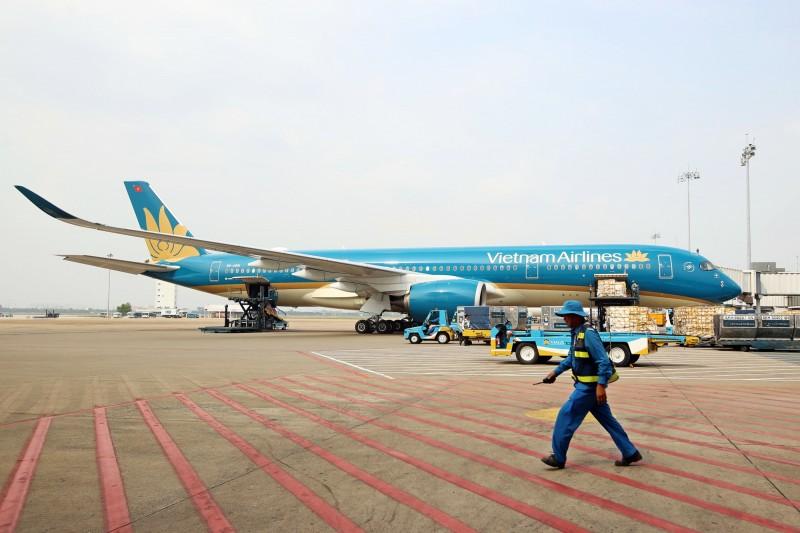 越南交通部提案,希望越南往來台灣等地點的商務航線能在8月就復航,自台灣起飛的航班將在胡志明市新山一國際機場(見圖)降落。(彭博檔案照)