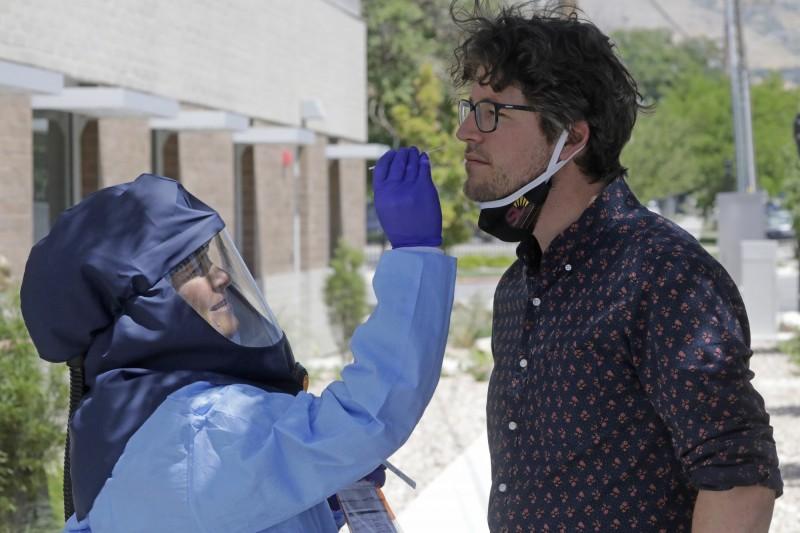 由於感染蔓延,許多美國民眾紛紛湧入檢測中心採樣,導致等候時間漫長,有一名患者在等待檢測期間不幸死亡。病毒採樣示意圖,與本新聞無關。(美聯社)