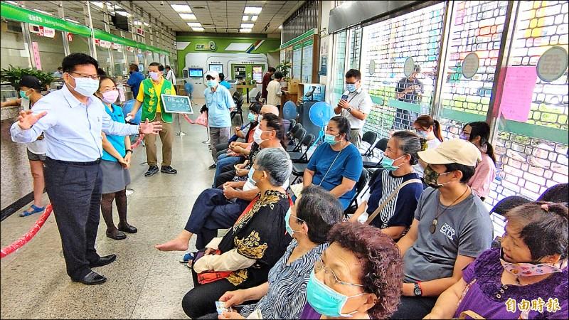 林佳龍(左一)至埔里郵局了解三倍券發放作業,並希望民眾拿到三倍券趕快去消費。(記者佟振國攝)