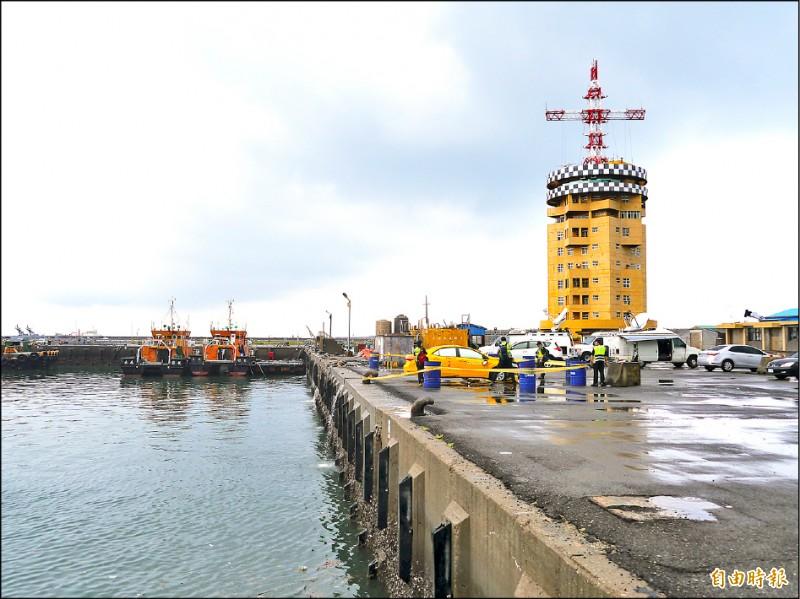 台中港工作船碼頭港畔雖有兩盞路燈,但並無防護措施。(記者張軒哲攝)