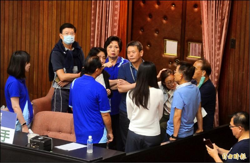 立法院審查監察院長人事同意權,國民黨立委持續佔領主席台抗爭。(記者王藝菘攝)