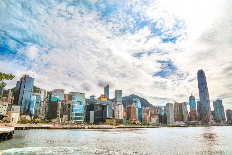 美國總統川普簽署「香港自治法」,未來美國將據此制裁損害香港自治的中國官員與金融機構。圖為香港維多利亞港周邊高樓天際線。(彭博)