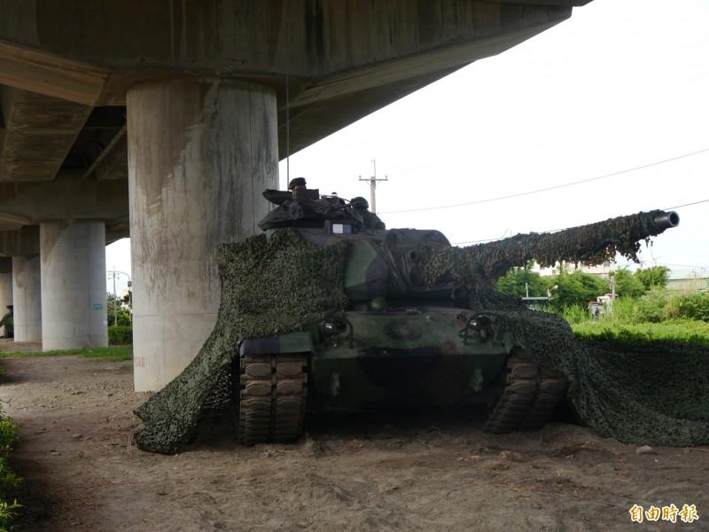 國軍以高架橋墩掩護戰車。(記者張軒哲攝)