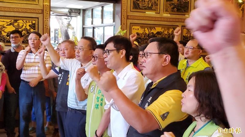 陳其邁今到北辰宮參拜受歡迎,大家高喊「凍蒜」。(記者陳文嬋攝)
