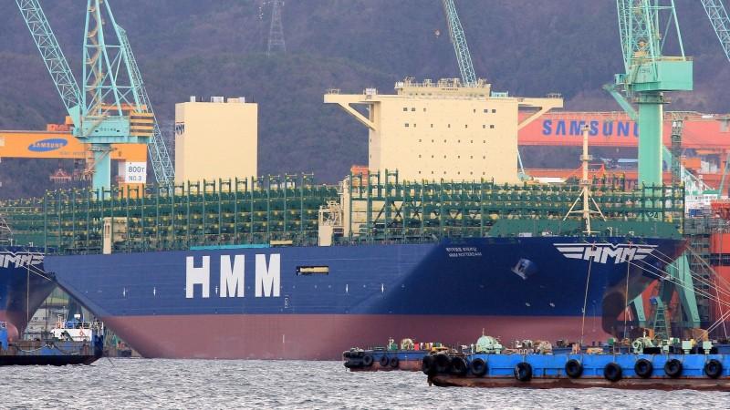 韓遠鹿特丹貨櫃輪首航高雄港。圖為該船在三星重工造船廠完工外觀。(圖由台灣韓新遠洋船務代理公司提供)