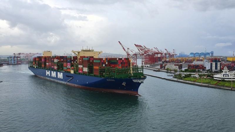 韓遠鹿特丹貨櫃輪,離開高雄港。(記者洪定宏翻攝)