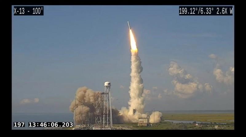 美國由退役洲際彈道飛彈改裝的「美樂達4號」(Minotaur-4)運載火箭,15日執行神祕的間諜衛星發射任務。 (圖片擷取自直播影片)