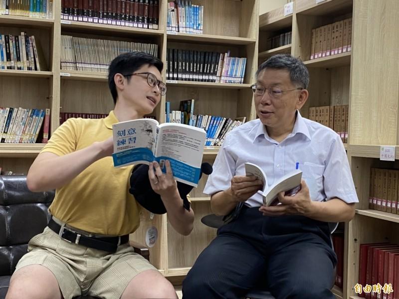 「博恩夜夜秀」脫口秀節目主持人曾博恩(左)與台北市長柯文哲出席閱讀力躍進記者會,兩人互動熱絡(記者蔡亞樺攝)