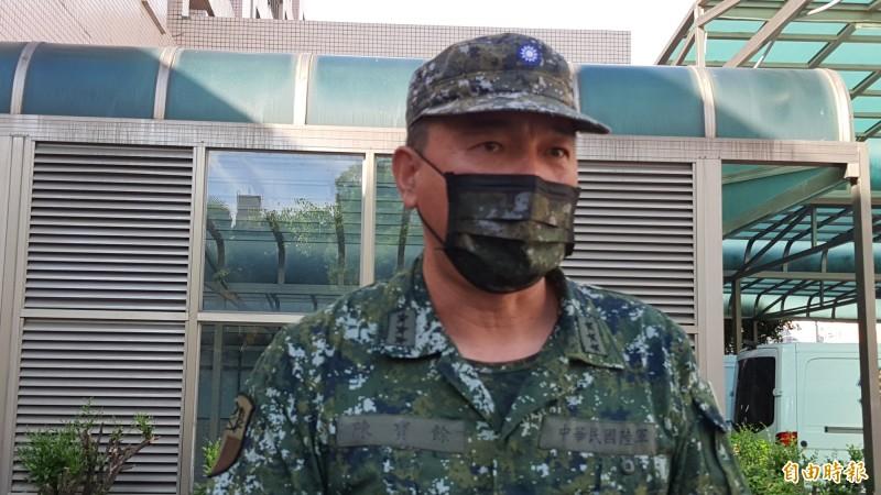 新竹空軍基地有一架直升機在基地內墜毀,2名飛官都殉職,陸軍司令陳寶餘接受媒體訪問說明。(記者洪美秀攝)