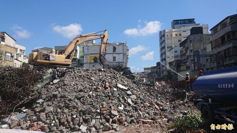 南鐵地下化工程沿線拆遷戶大都已拆除,僅剩5戶拒拆戶。(記者洪瑞琴攝)