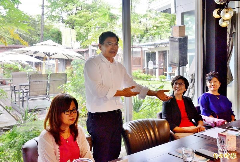 吳益政(左二)出席藝術座談,民眾黨立委蔡壁如(右二)也參與。(記者許麗娟攝)