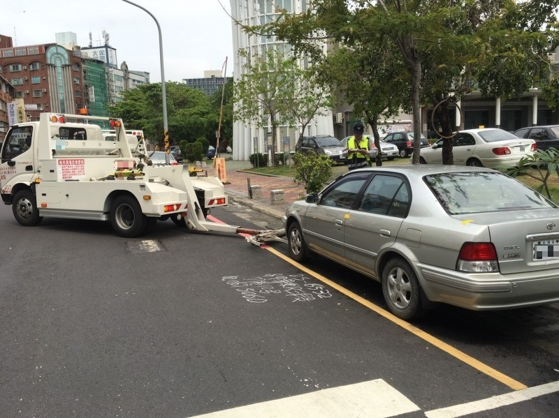 2019年4月間爆發台南市府委外的拖吊車司機辱罵搭配執法員警撿角(意即沒出息)的爭執風波。示意圖,車輛、人物與新聞事件無關。(記者王俊忠翻攝)