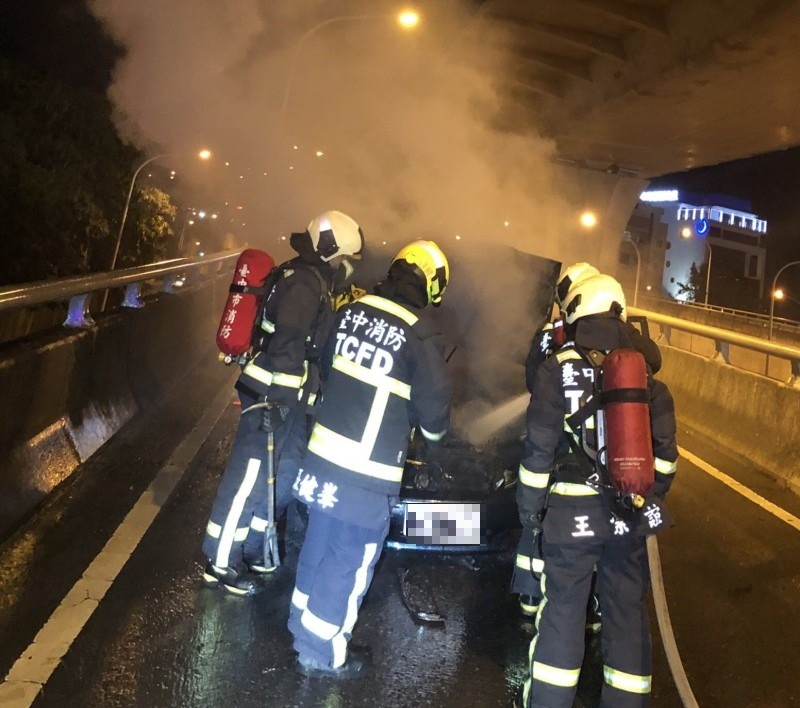消防人員趕往灌救,所幸駕駛及時逃出。(民眾提供)