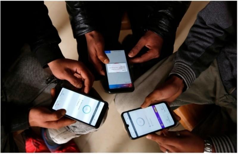 喀什米爾青少年透過VPN服務上網。(歐新社檔案照)