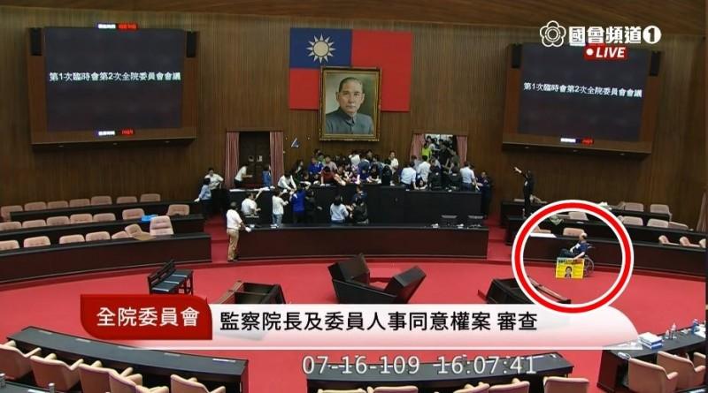後來吳斯懷直接把牌子放下,轉向主席台看藍綠立委混戰。(圖擷自國會頻道)