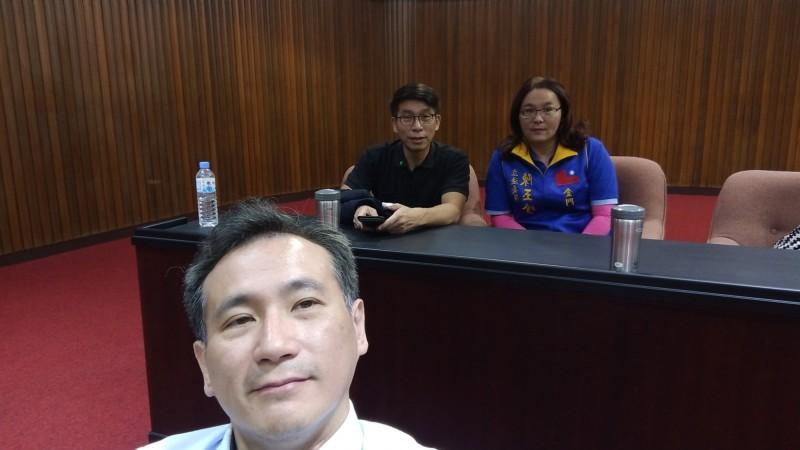 鄭運鵬在臉書PO出鍾佳濱和陳玉珍的合照,直呼「夢幻組合」。(圖擷自臉書)