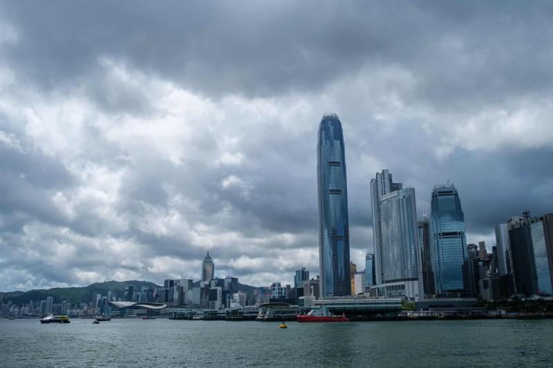 香港傳出不戴口罩、邊抽菸邊聊天而感染武漢肺炎的個案。(法新社)
