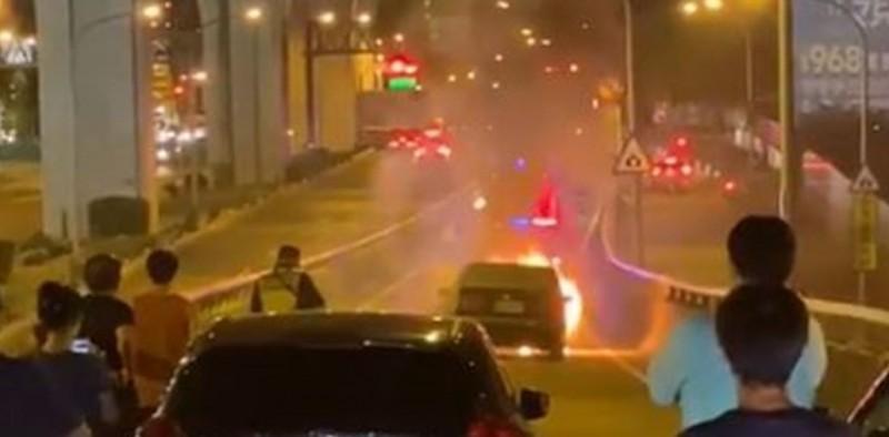 台74線往霧峰、太原出口匝道晚間發生火燒車,目前僅開放小客車通行。(圖取自爆廢公社)