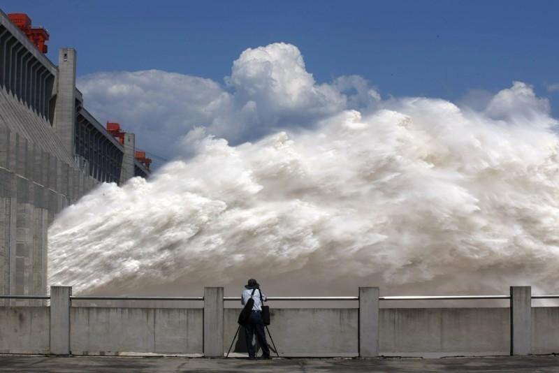 長江流域近期洪災氾濫,三峽大壩潰堤疑慮也再度引起外界關注。圖為三峽大壩洩洪。(法新社檔案照)