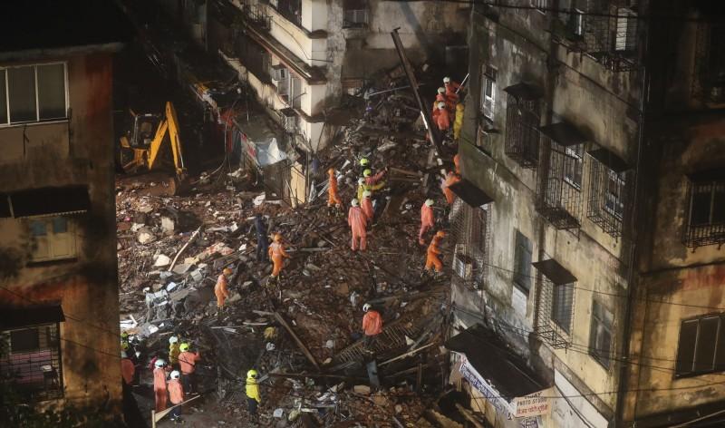 孟買6層樓高建築倒塌。(美聯社)