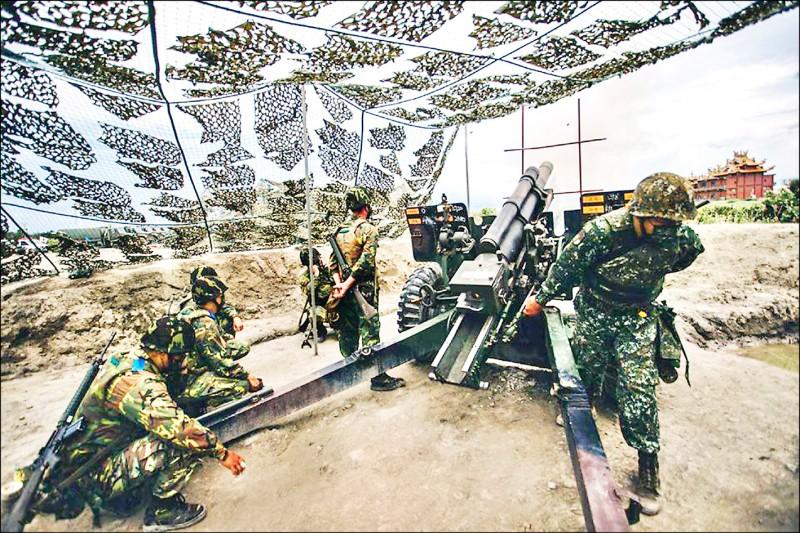 「同心31號演習」16日執行105公厘榴彈砲實彈射擊,後備軍人參與實彈射擊,和第一線常備部隊並肩作戰。(軍聞社)