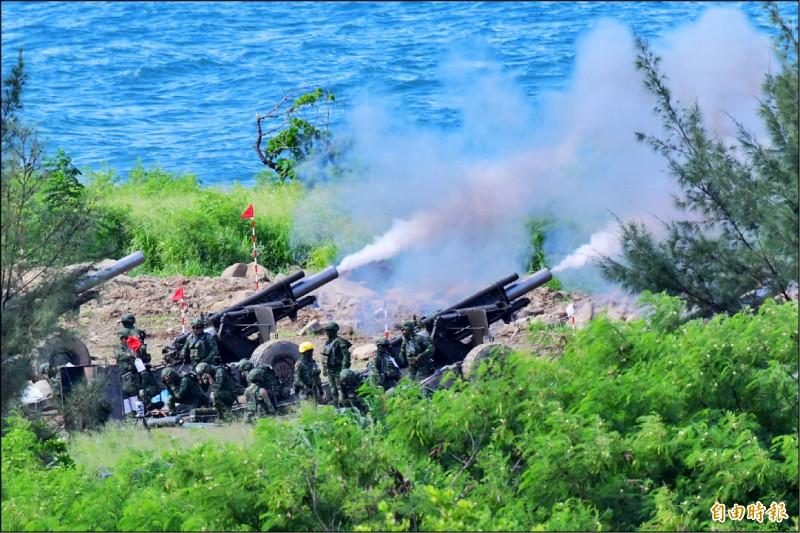 國軍昨天早上八點三十五分在屏東楓港射擊場,進行「天雷操演」重砲射擊,八點四十分左右外海西南空域防空識別區又出現共機騷擾。(記者蔡宗憲攝)