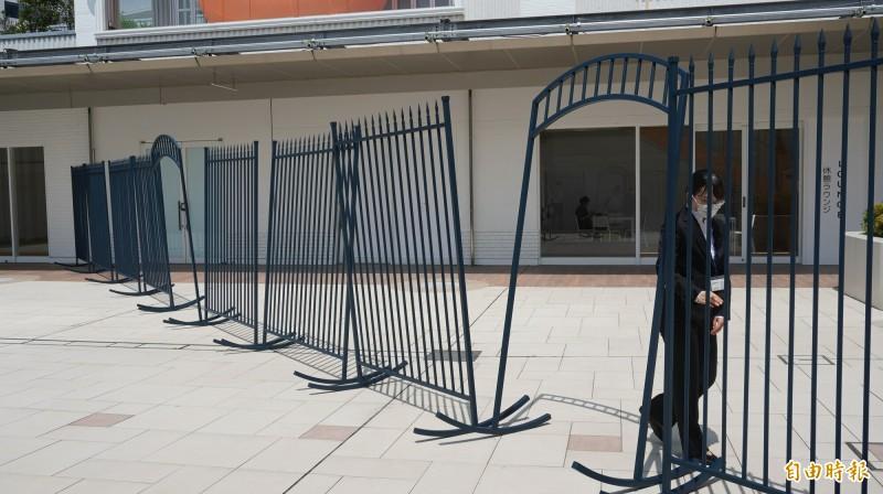 何采柔參展作品「搖欄Ⅲ」,工作人員在現場不定時擺動柵欄。(記者林翠儀攝)