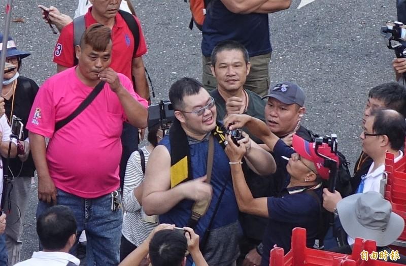 網紅四叉貓遭群眾包圍,還一度被搶手機。(記者劉信德攝)