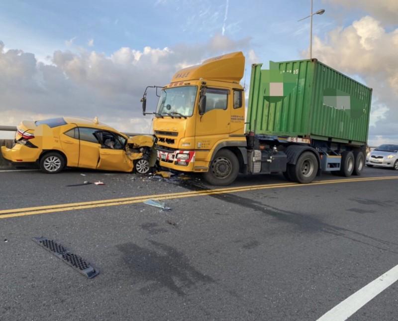 計程車逆向與貨櫃車對撞。(記者黃旭磊翻攝)