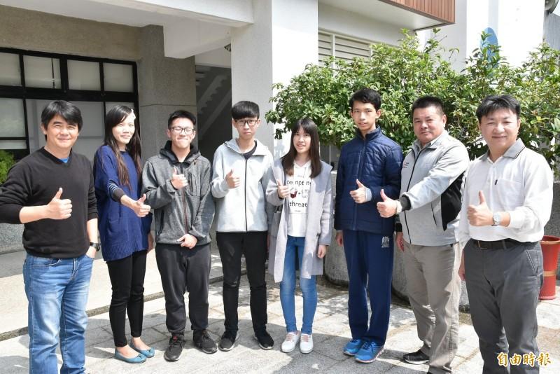 雲林虎尾高中今年學測有4位4科滿級分,郭宇誠(右3)也在其中,這次指考數學甲考96分全國最高,數學乙考100分。(資料照)